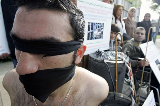 Gay torturati violentati