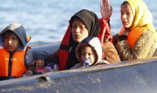 Alcune donne e bambini migranti attraversano il mare su un barcone