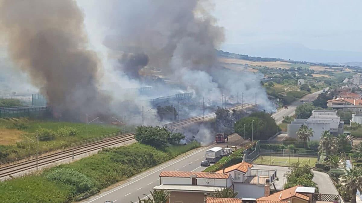 Vasto incendio a Termoli: treni fermi per ore e A14 chiusa