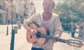 Draco Malfoy ha suonato per strada a Praga senza essere riconosciuto