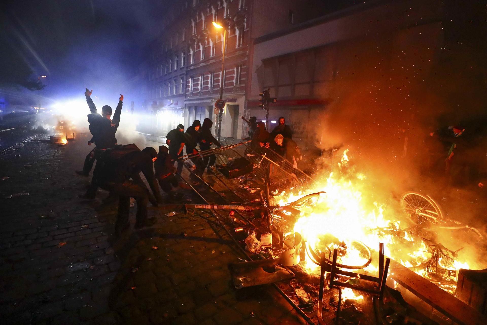 Barricate in fiamme Amburgo G20