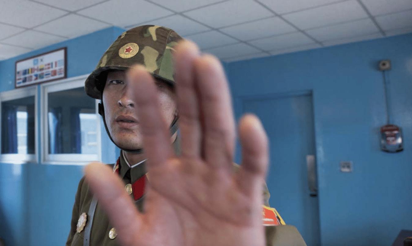 Un soldato nord-coreano negli uffici di confine con la Corea del Sud
