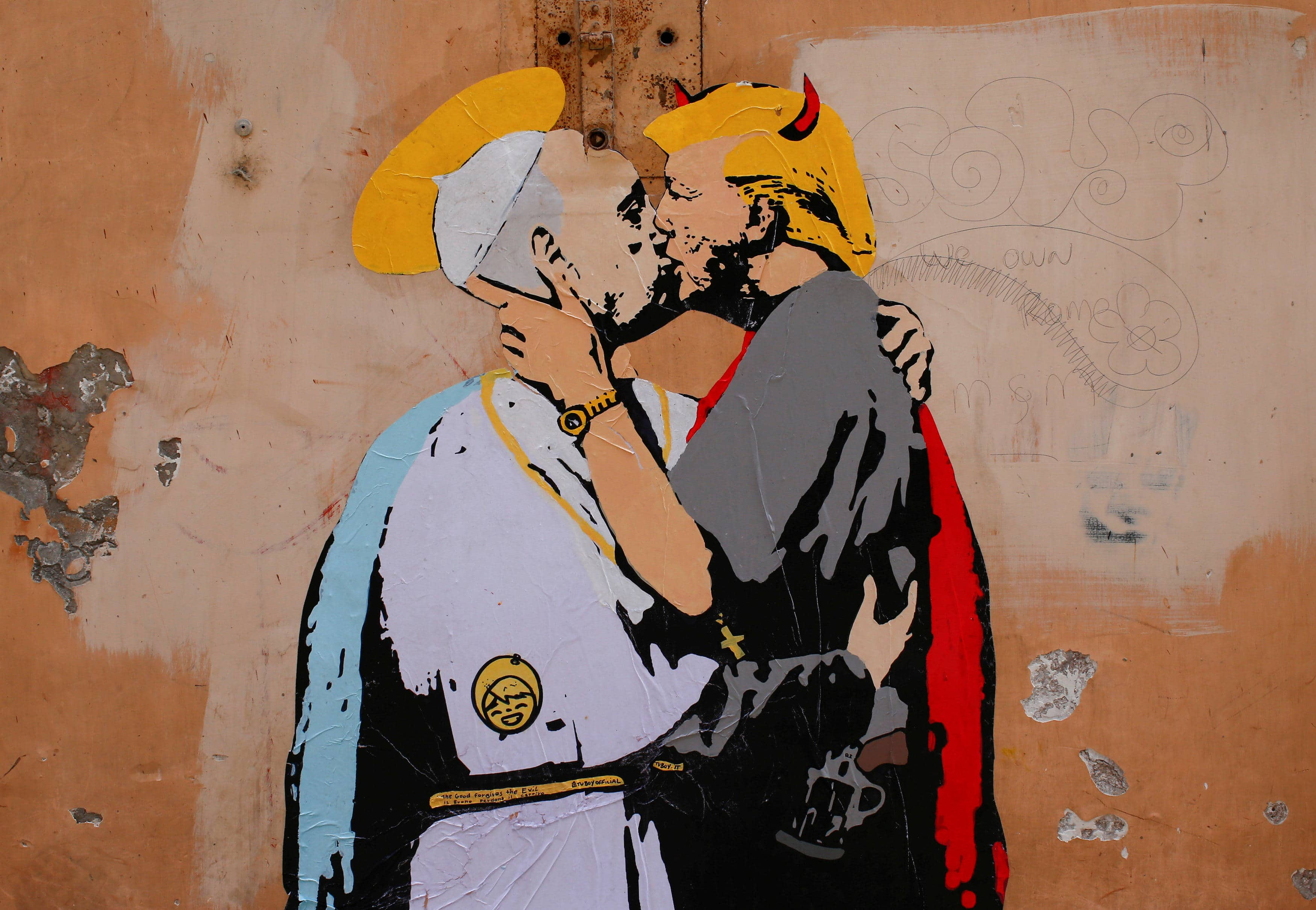 Papa bacia Trump