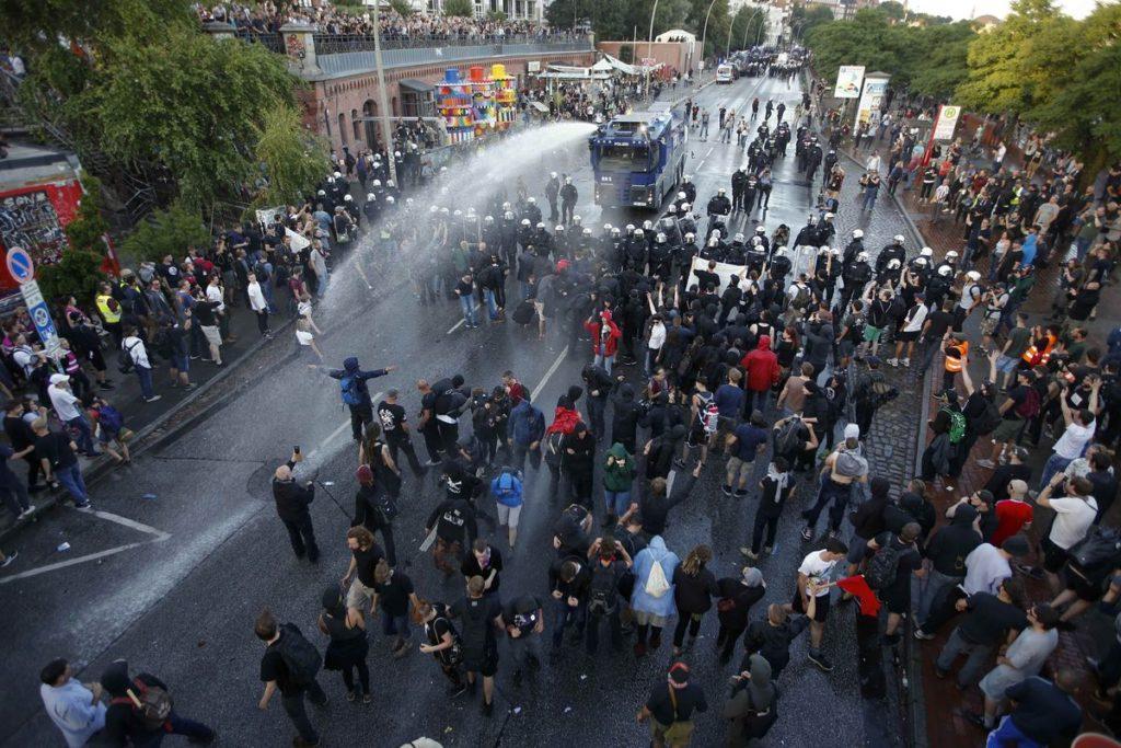Violenti scontri ad Amburgo durante il G20