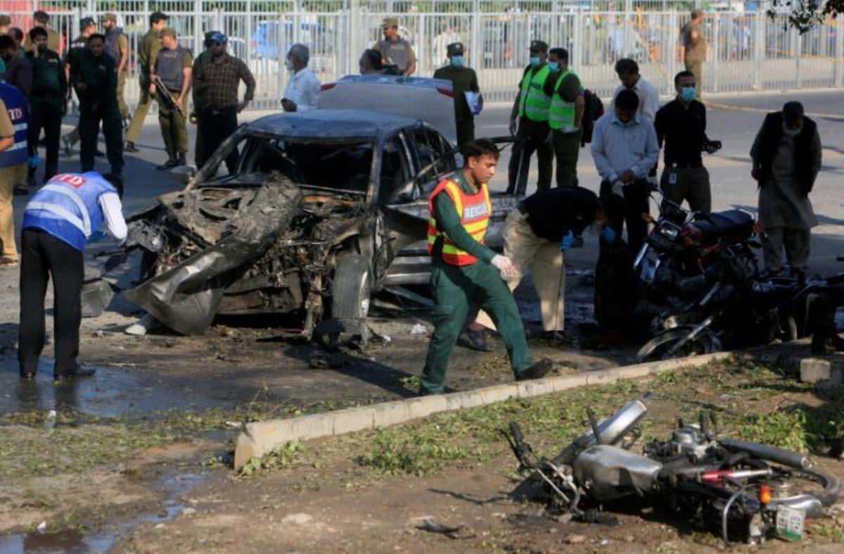 Pakistan, attacco kamikaze dei talebani a Lahore: 26 morti, anche poliziotti