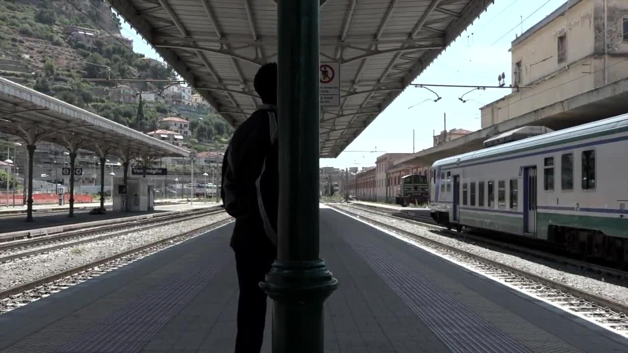 Le urla di un poliziotto su un migrante a Ventimiglia