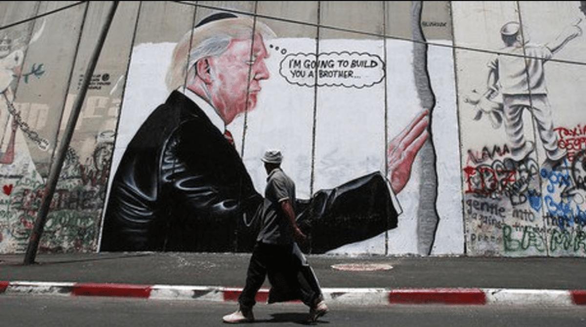 Betlemme: graffiti sul muro, Trump abbraccia la torretta
