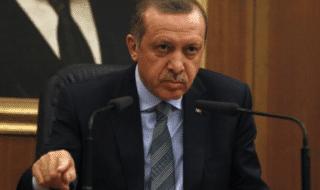 Il presidente turco Recep Tayyip Erdogan accusa il suo ex alleato l'imam Fetullah Gülen, che vive negli Stati Uniti, di aver organizzato il colpo di stato del luglio 2016 e da allora ha dato il via a una serie di purghe a tutti i livelli dello stato e della società