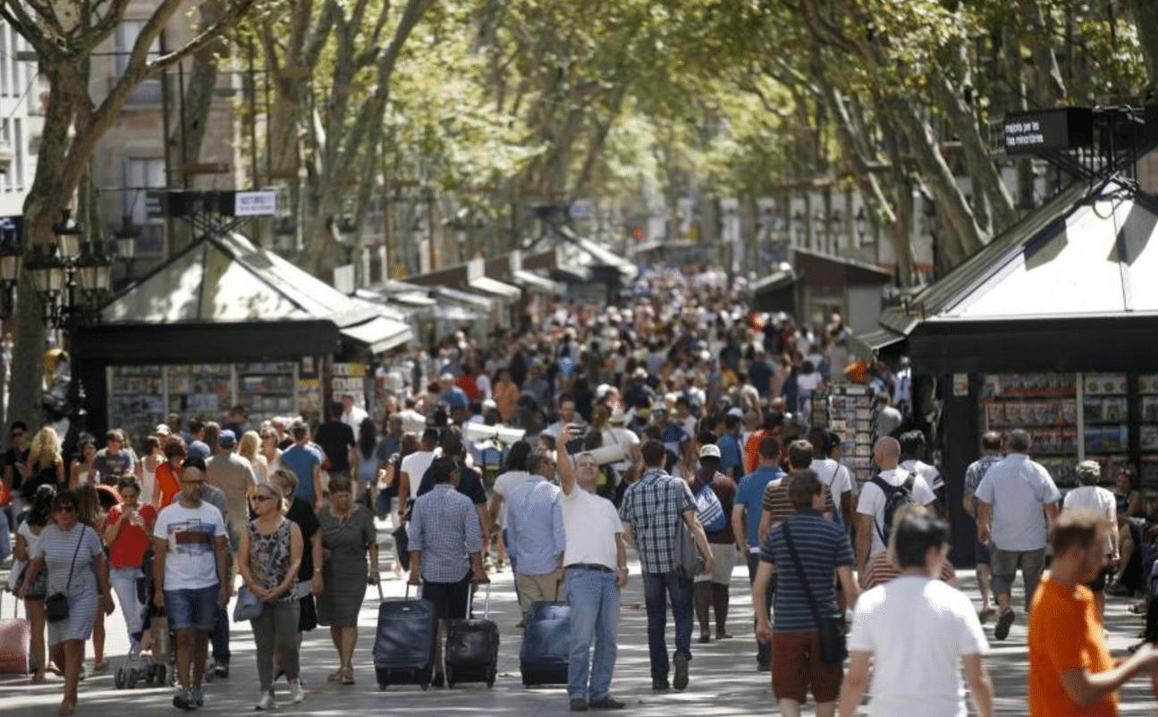 Barcellona, furgone sulla folla Diversi feriti, è caccia all'uomo
