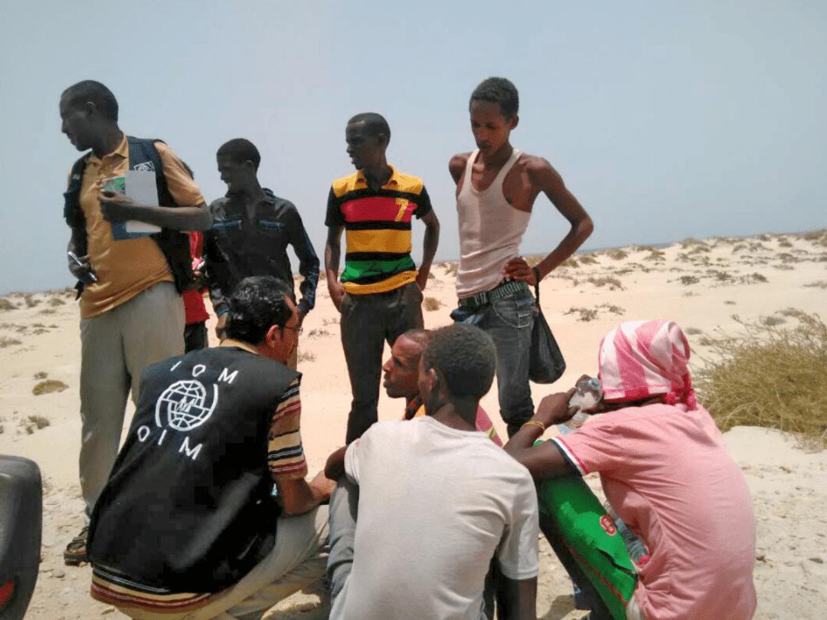 Trafficante costringe migranti a gettarsi in mare.