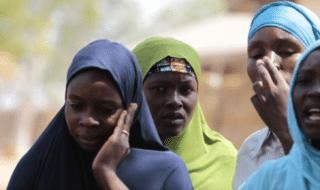 Alcune donne camerunensi piangono la perdita dei propri cari a seguito di un attacco terroristico