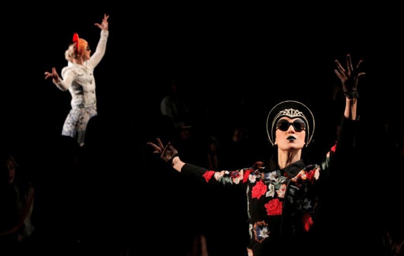 Alcune modelle presentano la nuova stagione della casa di moda Desigual