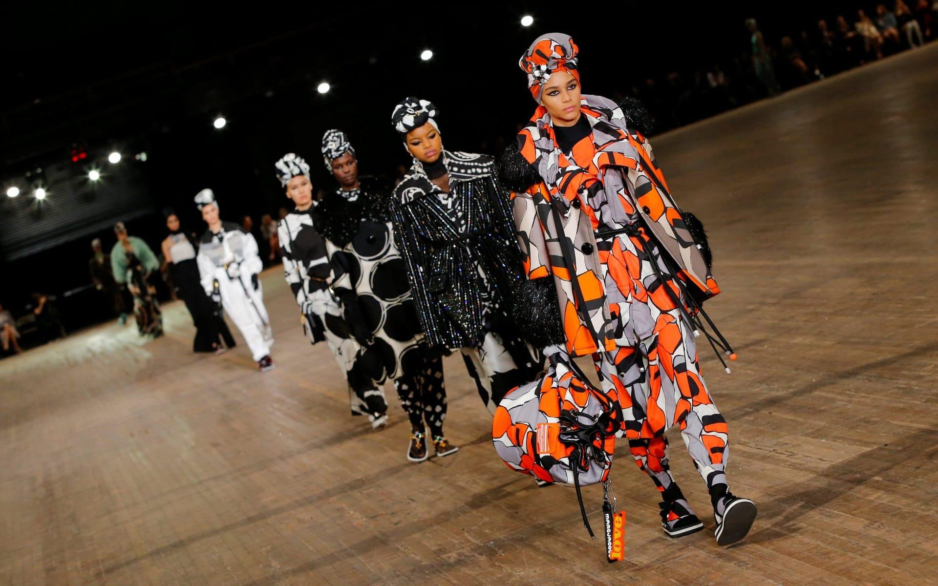 Alcune modelle sfilano durante la settimana della moda di New York
