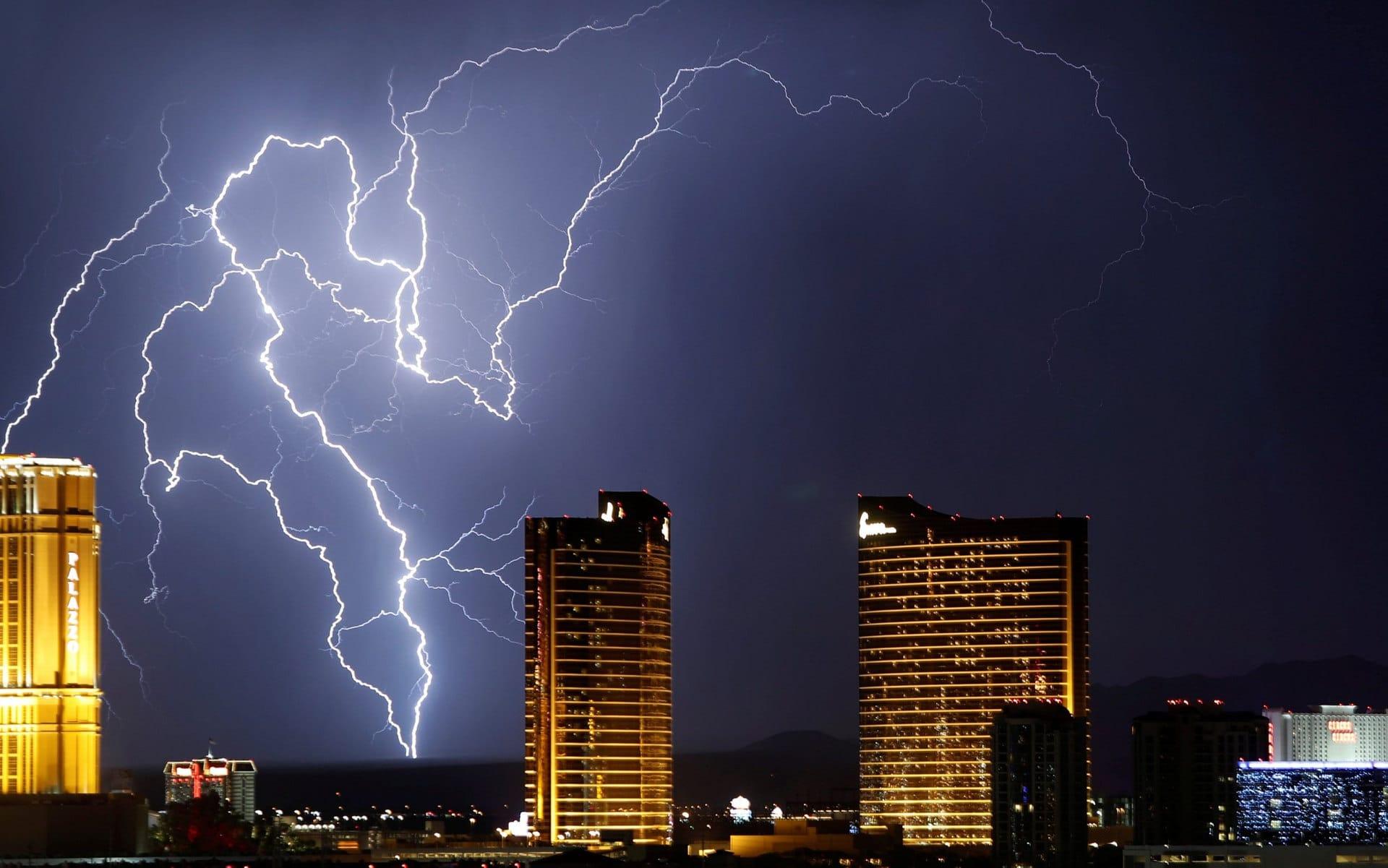 Alcuni fulmini si infrangono al suolo sullo sfondo dei casino di Las Vegas sulla famosa Las Vegas Strip, il viale che ospita le maggiori case d'azzardo della città