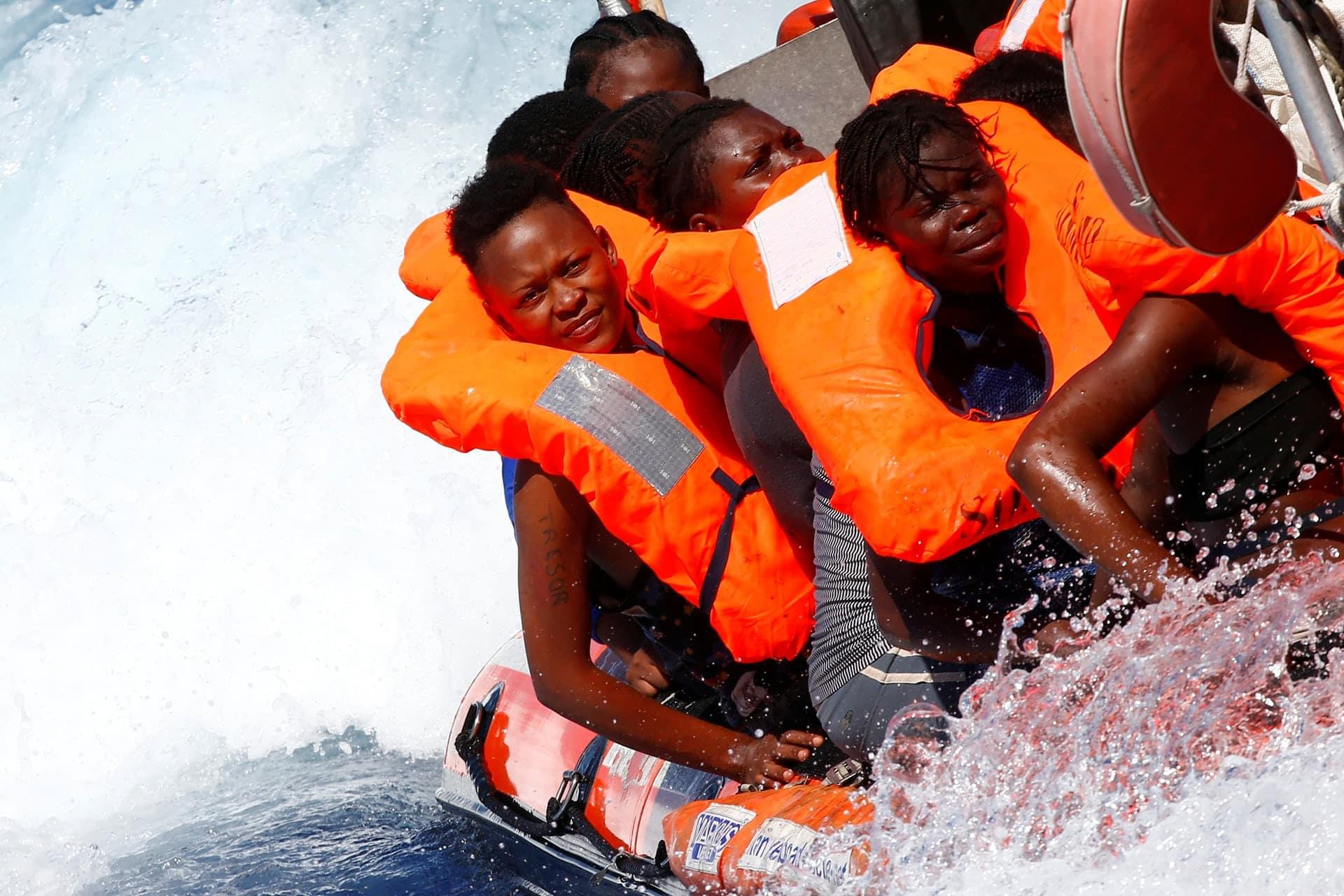 Alcuni migranti salvati dalla Ong Mediterranee durante un'operazione al largo delle coste libiche