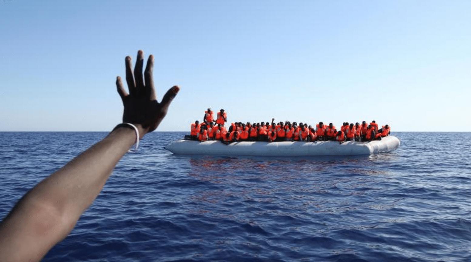 Alcuni migranti su un gommone appena salvati al largo delle coste libiche