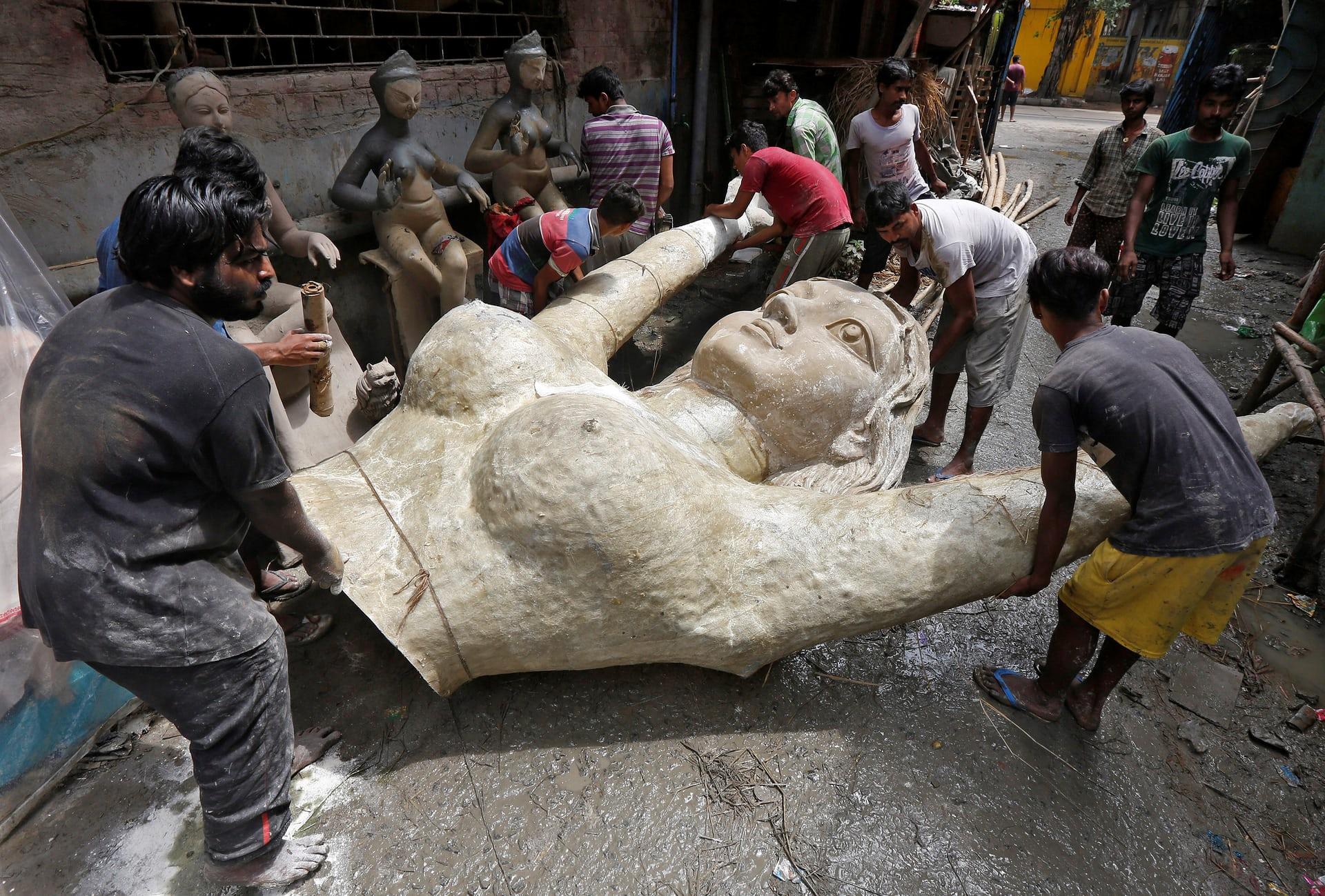 Il busto in vetroresina di una statua della dea indù Durga, portato in strada in vista dell'imminente Durga Puja Festival, la principale festività induista celebrata a Calcutta, in India