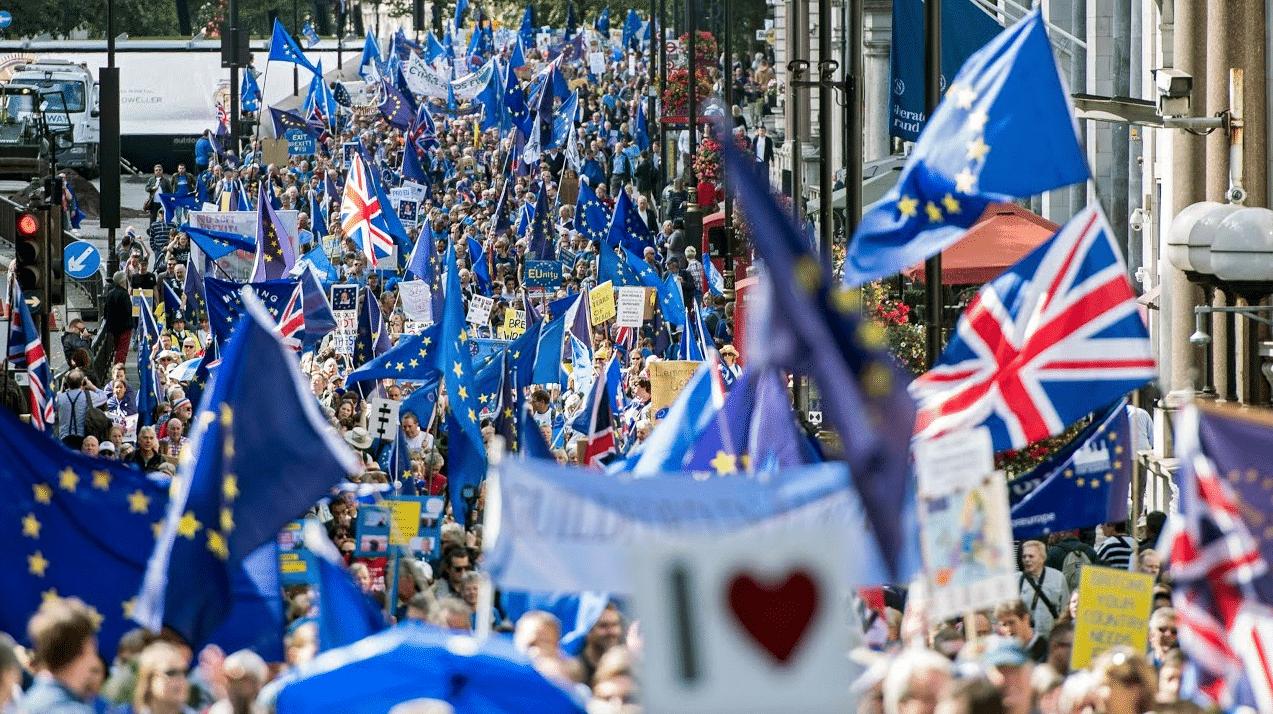 Migliaia di manifestanti sono scesi in piazza a Londra contro la Brexit