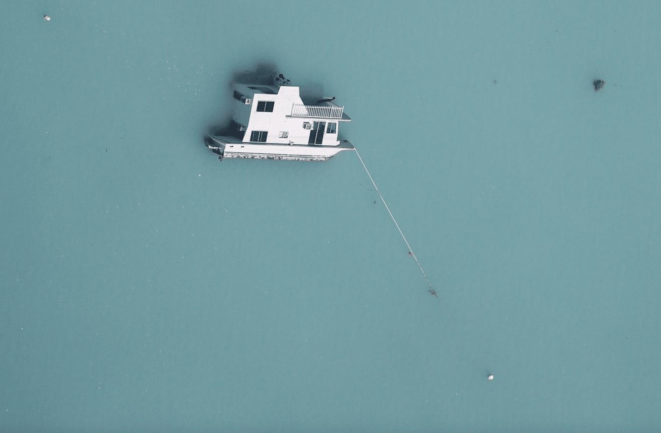 Un'imbarcazione affondata a seguito del passaggio dell'uragano Irma, ritratta da una foto aerea scattata al largo delle isole Keys, in Florida