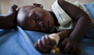 Un bambino africano affetto da malaria