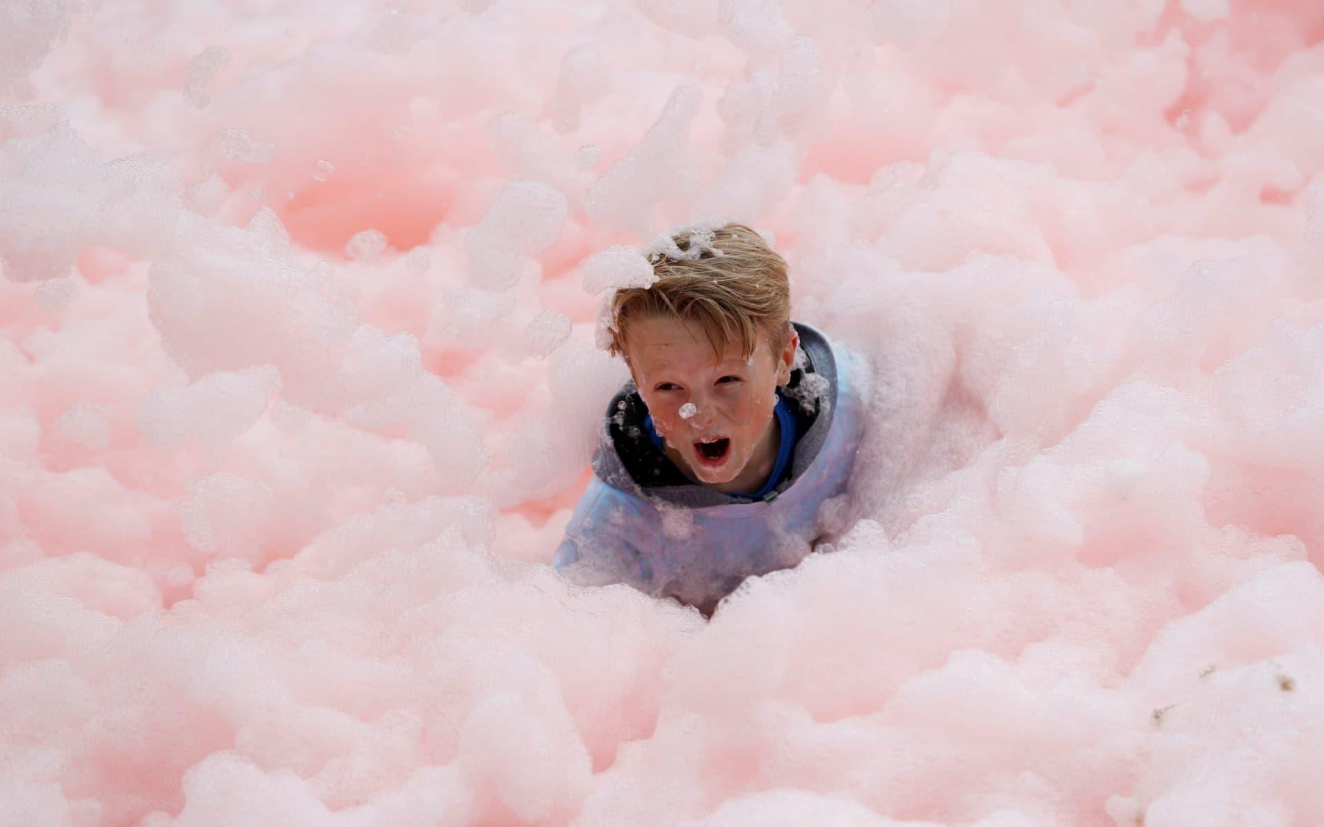 Un bambino caduto durante una corsa tra le bolle di sapone, organizzata nell'ambito di una manifestazione di beneficienza a Leicester, nel Regno Unito