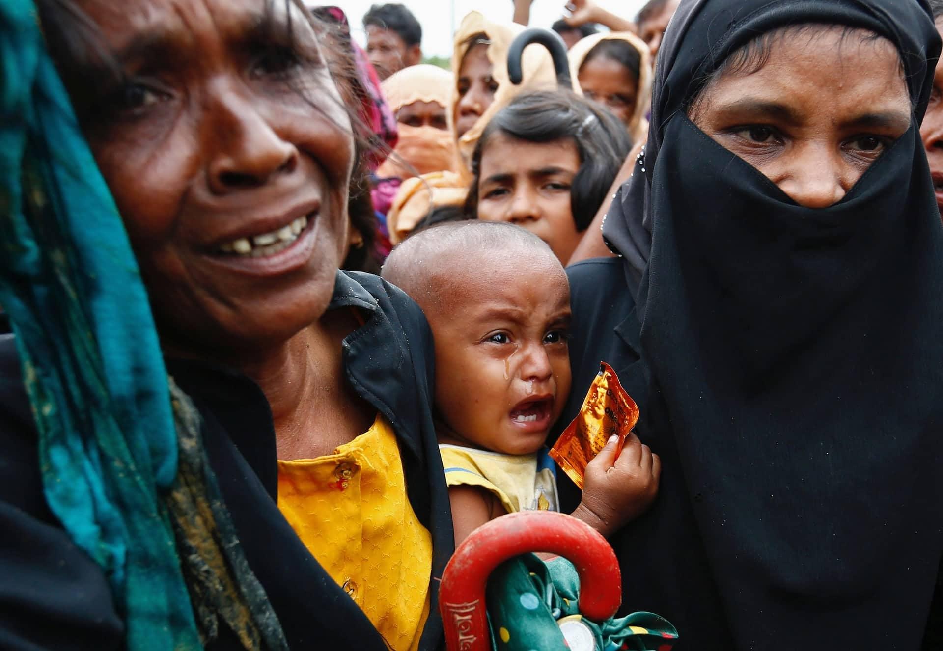 Un bambino rohingya piange nel campo profughi di Cox's Bazar, in Bangladesh