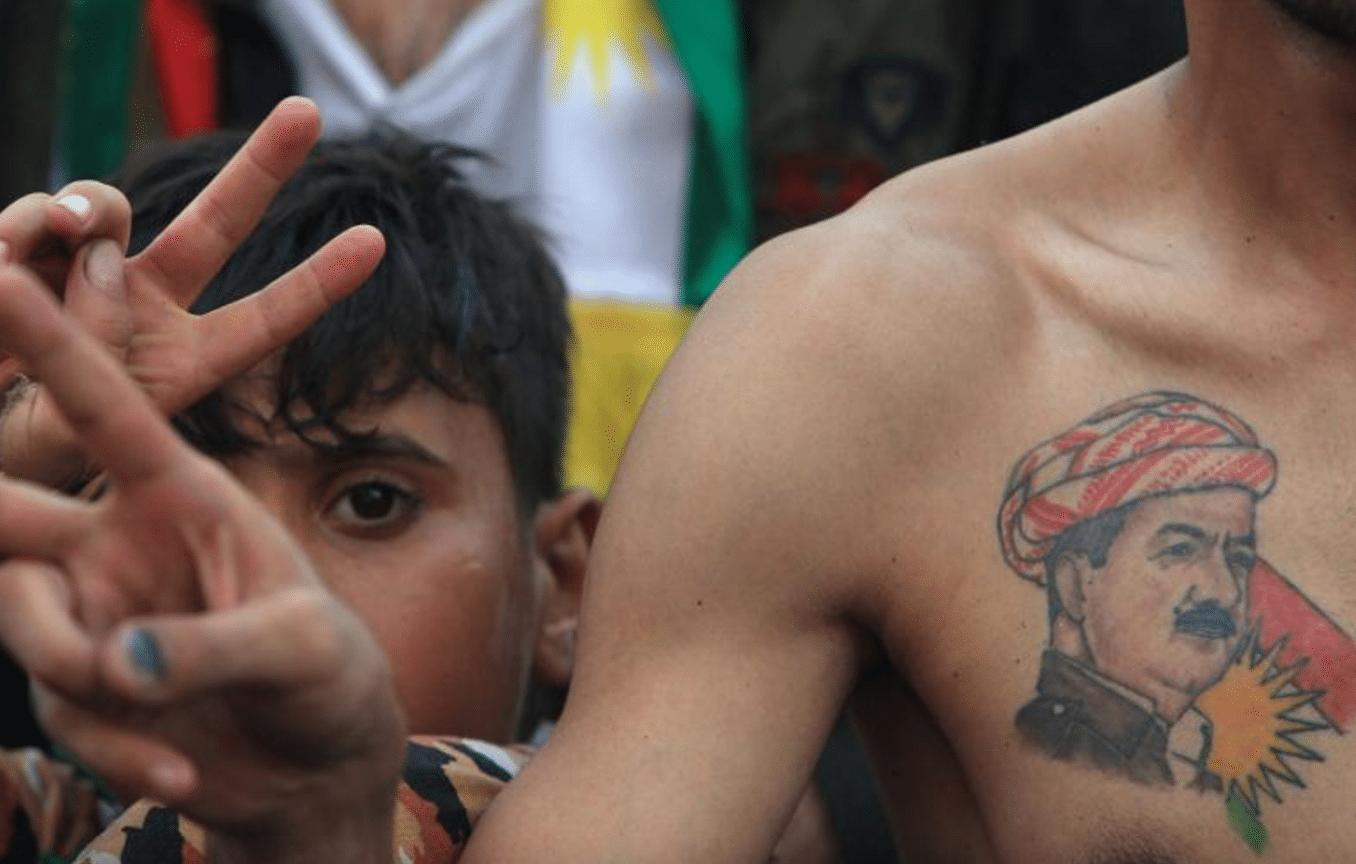Un sostenitore del presidente del governo regionale curdo iracheno Barzani presenzia a una manifestazione a Zakho, in Iraq a supporto del referendum per l'indipendenza del Kurdistan che si terrà il 25 settembre
