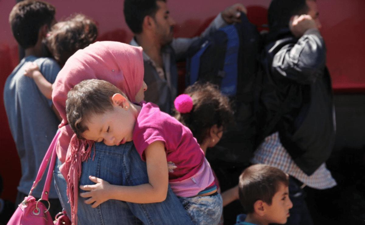 Una donna con in braccio sua figlia al campo profughi di Kokkinotrimithia poco fuori Nicosia, a Cipro