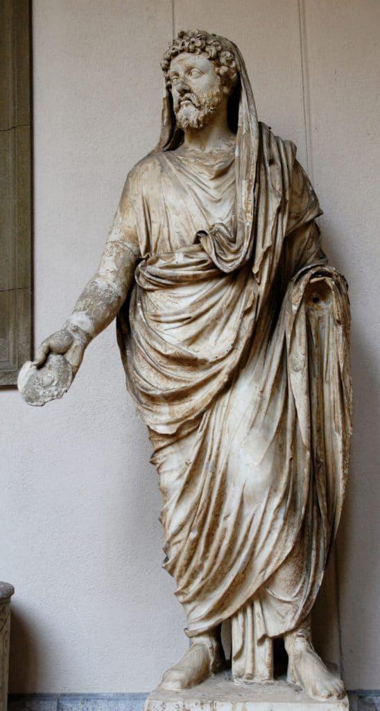 Una statua del I secolo d.C. raffigurante un sacerdote romano che indossa una toga
