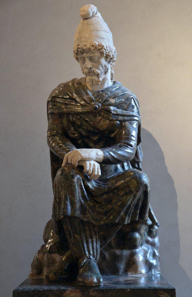 Una statua del II d.C. che raffigura un barbaro orientale prigioniero, con indosso dei pantaloni