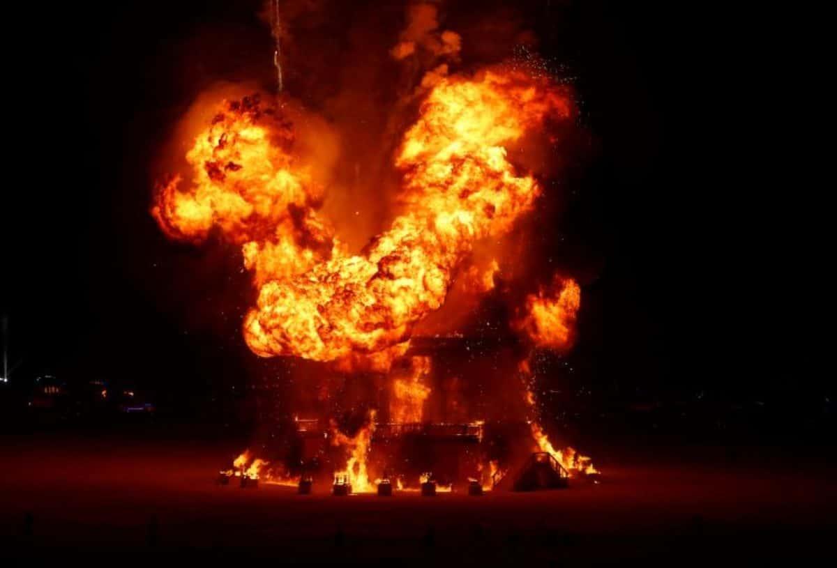 Burning man: uomo si getta in mezzo alle fiamme e muore