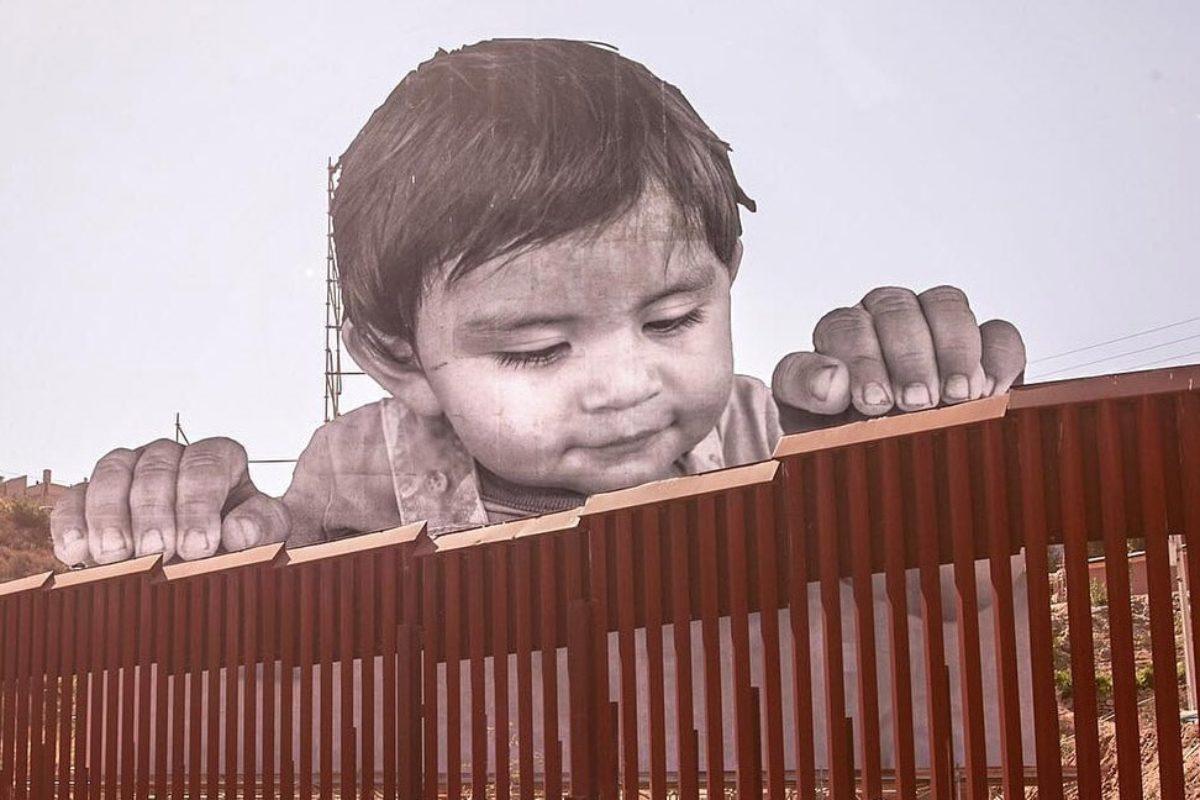 L'opera Kikito dell'artista visivo francese JR, al confine tra Stati Uniti e Messico