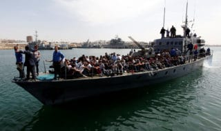 Alcuni migranti sono trattenuti dalla guardia costiera libica
