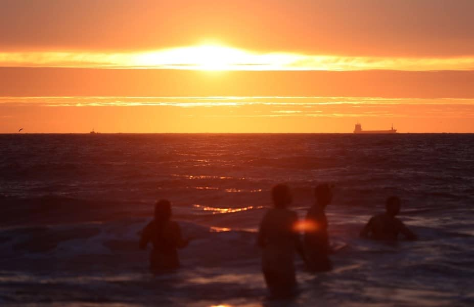Il 22 settembre in centinaia hanno festeggiato l'arrivo dell'autunno nuotando nudi nelle gelide acque del Mare del Nord.