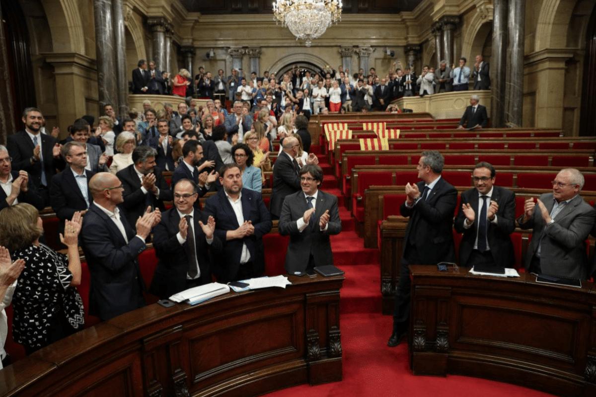 Il parlamento catalano applaude all'approvazione della legge sul referendum.