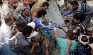 Alcuni sopravvissuti ai bombardamenti nella guerra civile in Yemen