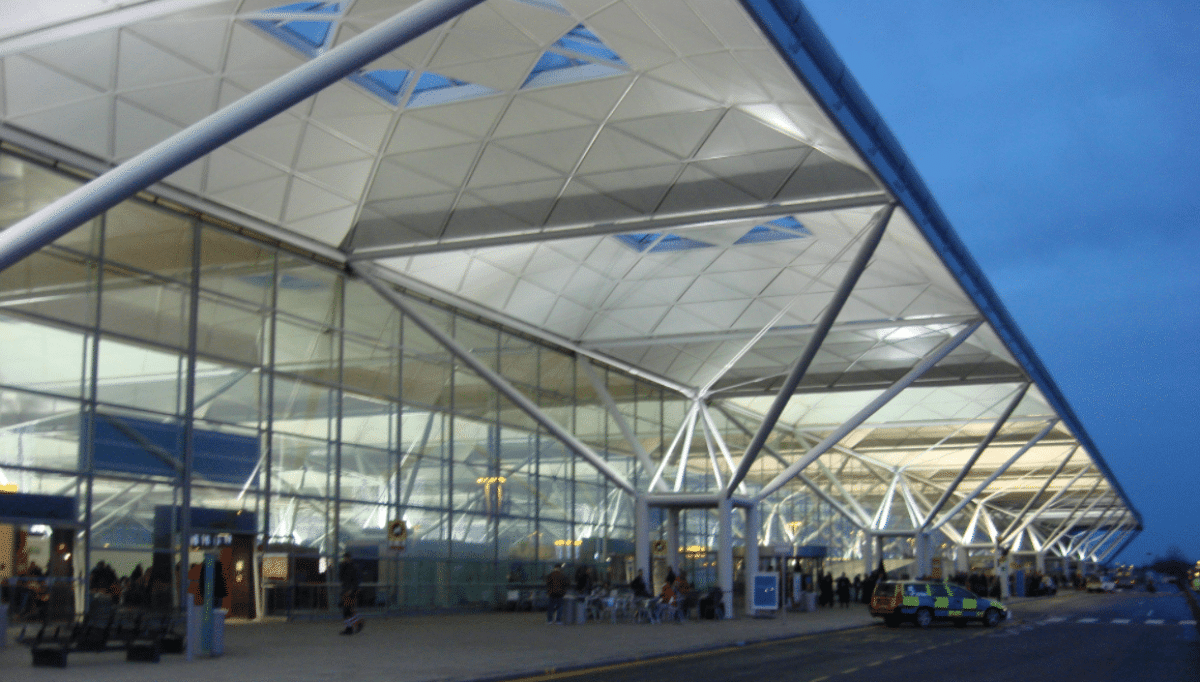 Londra, aereo Ryanair scortato a terra da due jet militari