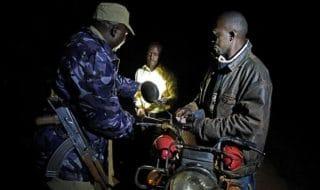 Una pattuglia di polizia a Katabi, in Uganda.