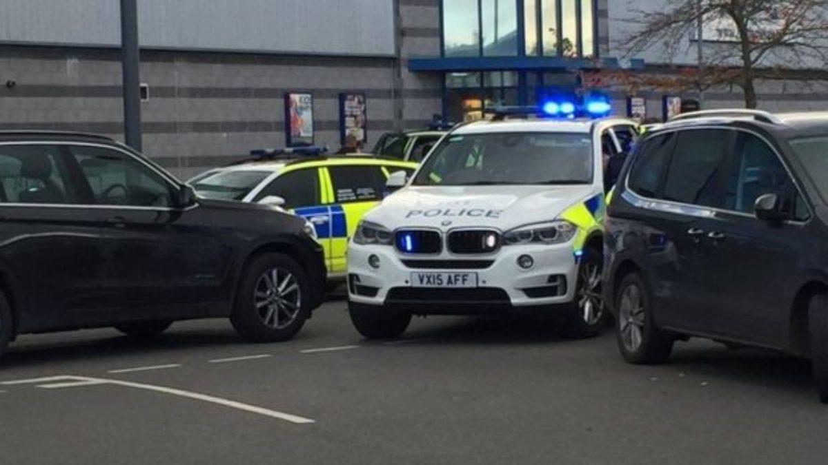Inghilterra. Uomo armato prende ostaggi in una sala da bowling