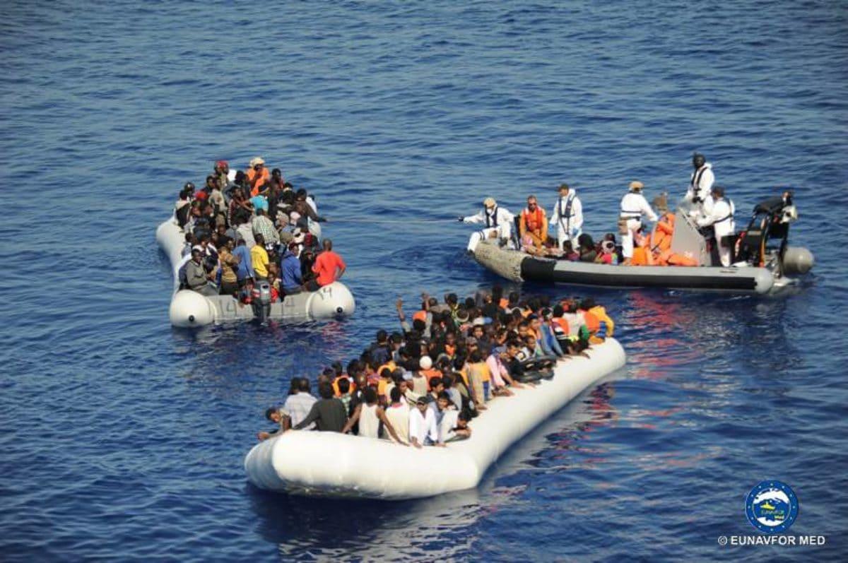 Migranti, affonda un gommone diretto in Italia: recuperati 23 cadaveri