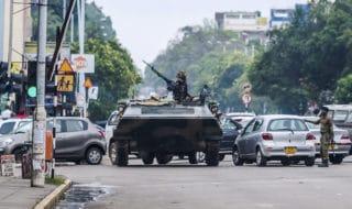 Un veicolo dell'esercito blocca una strada di Harare, in Zimbabwe,