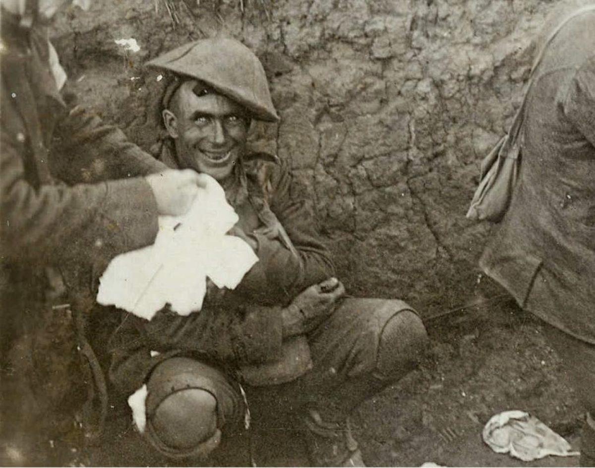 Cosa c è dietro questo sorriso di un soldato in trincea durante la ... 9ae9e5685cc5