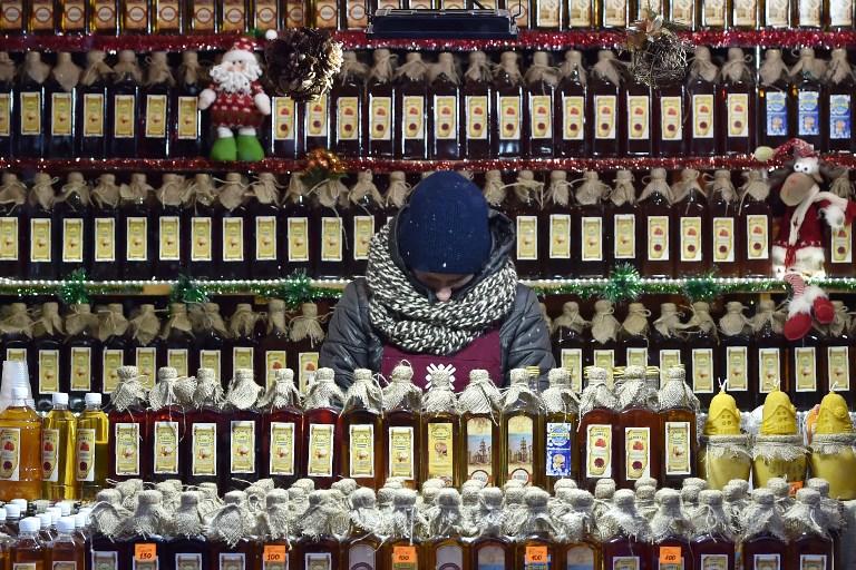 Un venditore di liquori a Lviv, in Ucraina. Credit: AFP PHOTO / Sergei SUPINSKY