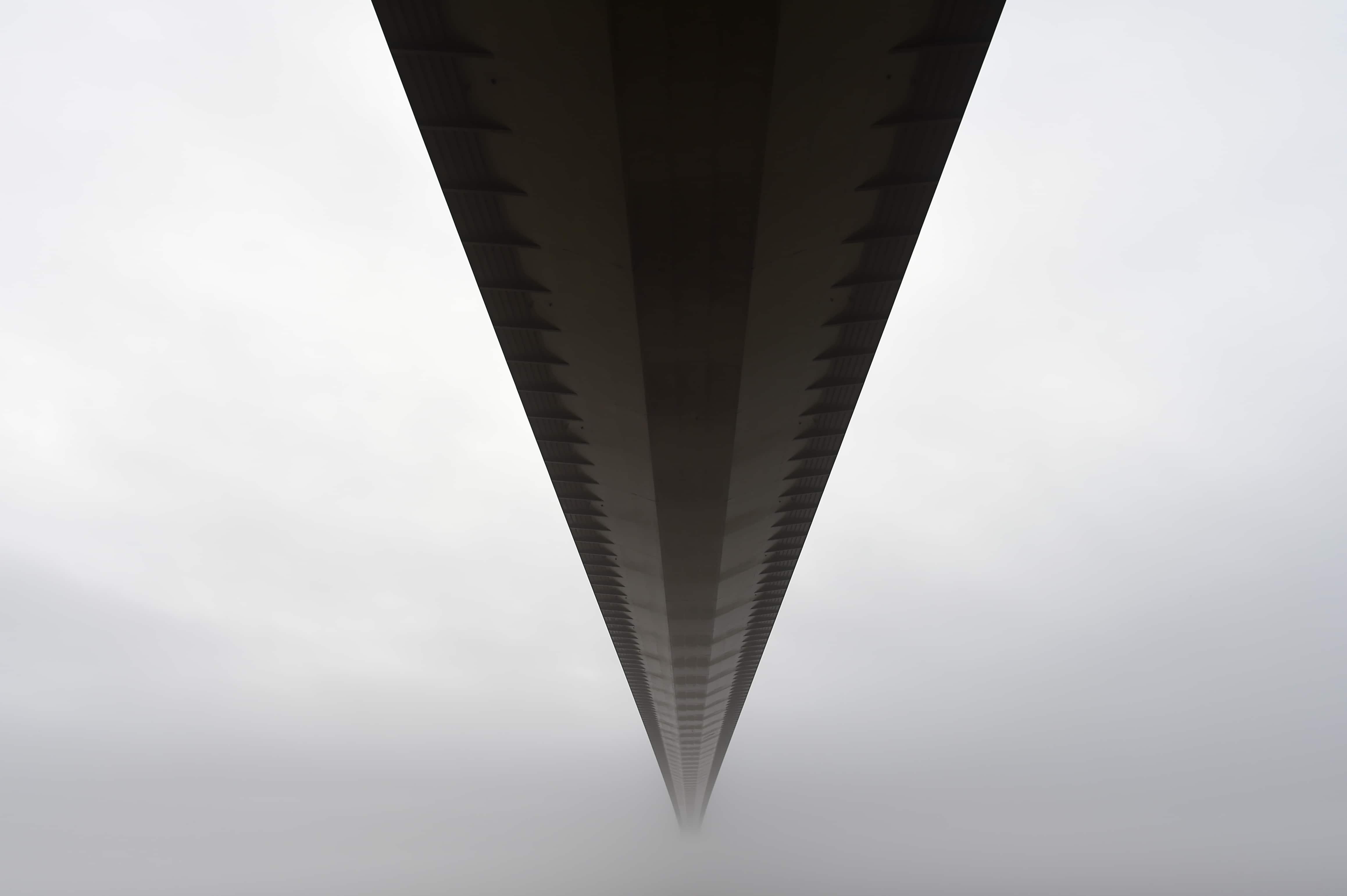 Le nuvole avvolgono l'Humber bridge, nel nord-est dell'Inghilterra. Credit: AFP PHOTO / PAUL ELLIS