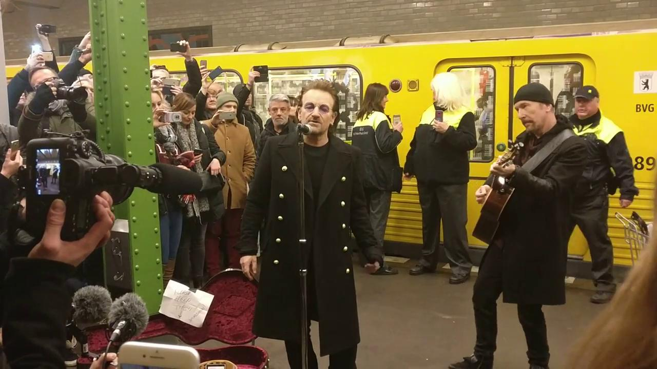 Bono e The Edge, mini live a sorpresa sulla metro di Berlino
