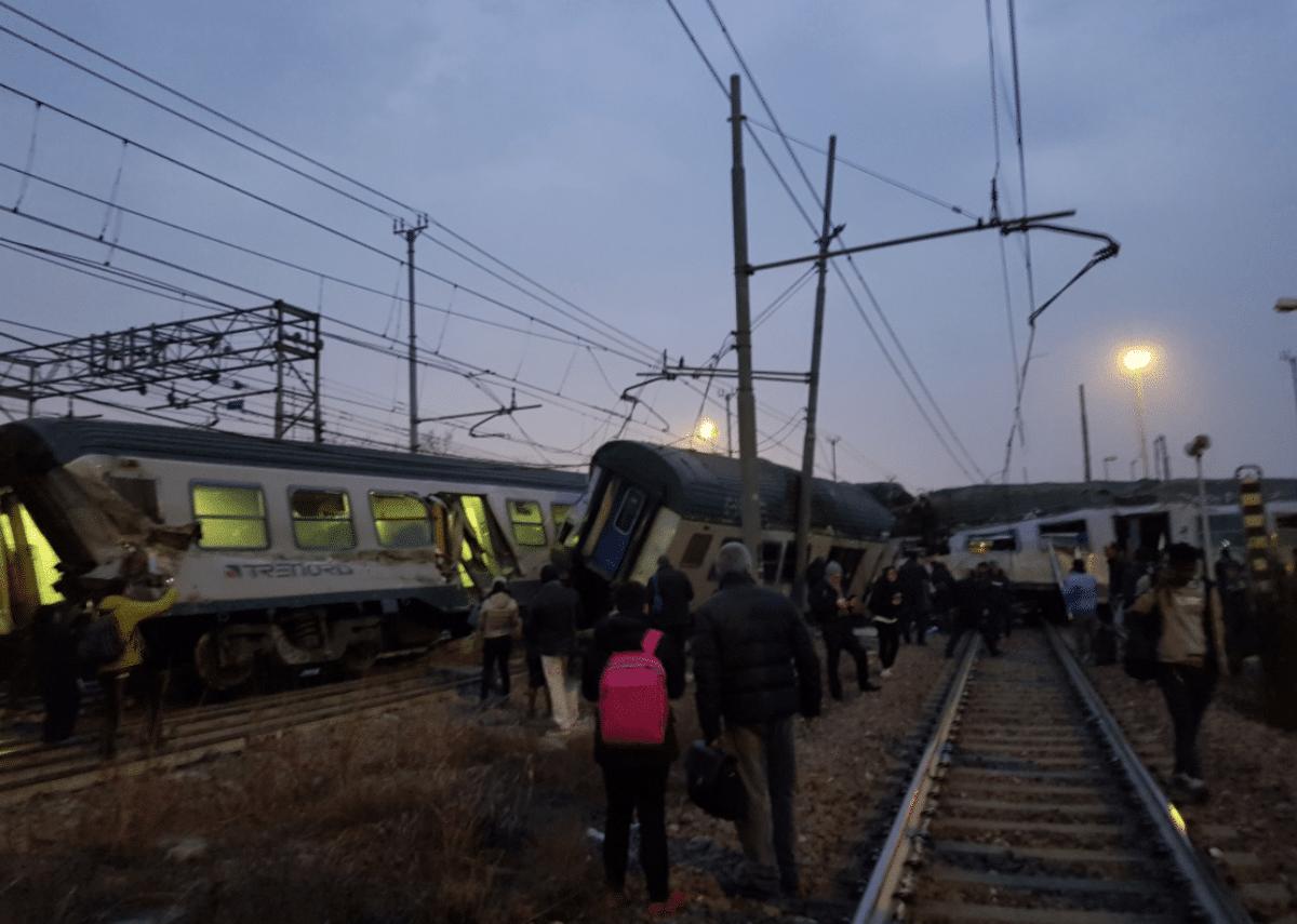 Un treno delle ferrovie trenord deragliato a milano - Trenord porta garibaldi ...