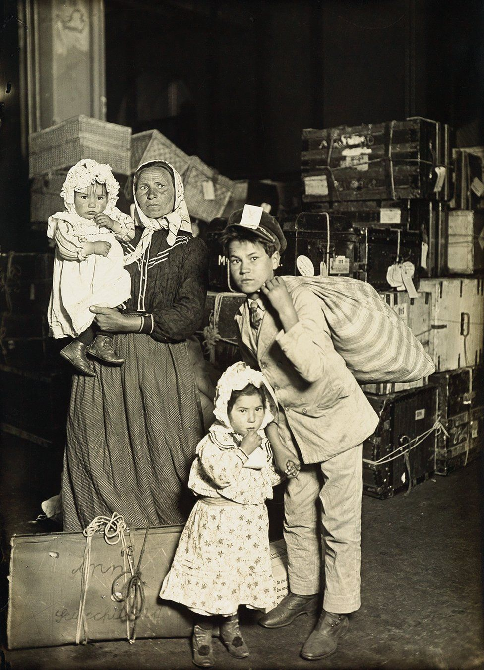 Una famiglia italiana nella sala dei bagagli, Ellis Island, 1905. Credit: archivio di Lewis Hine / collezione di Isador Sy Seidman / cortesia della Swann Auctions Galleries