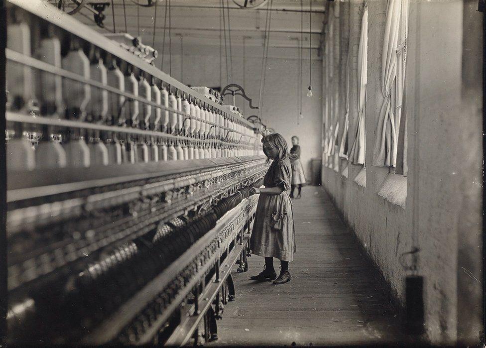 Una dei tanti giovani che lavoravano nei cotonifici della Carolina, 1908. Credit: archivio di Lewis Hine / collezione di Isador Sy Seidman / cortesia della Swann Auctions Galleries