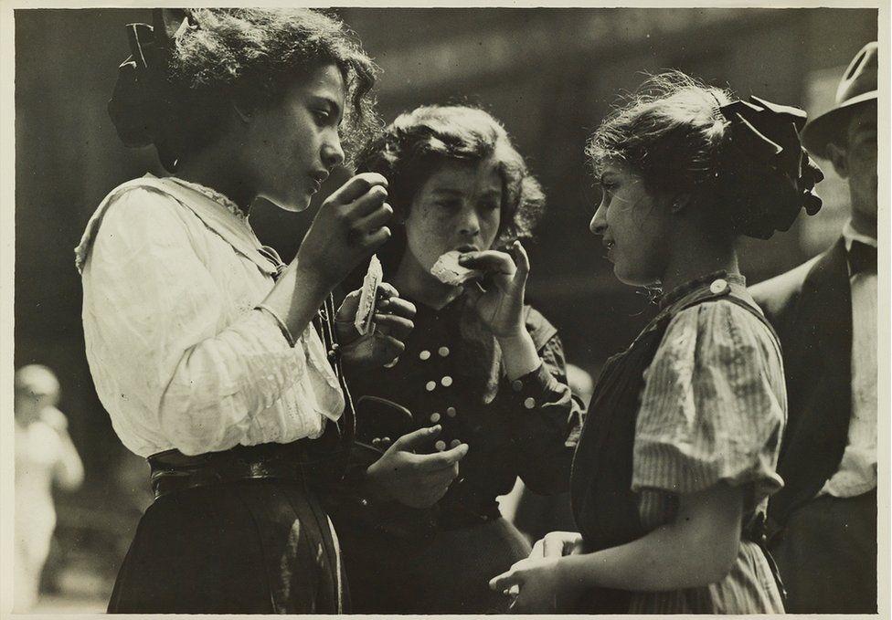 Mezzogiorno nel distretto industriale di East Side, New York, 1912. Credit: archivio di Lewis Hine / collezione di Isador Sy Seidman / cortesia della Swann Auctions Galleries