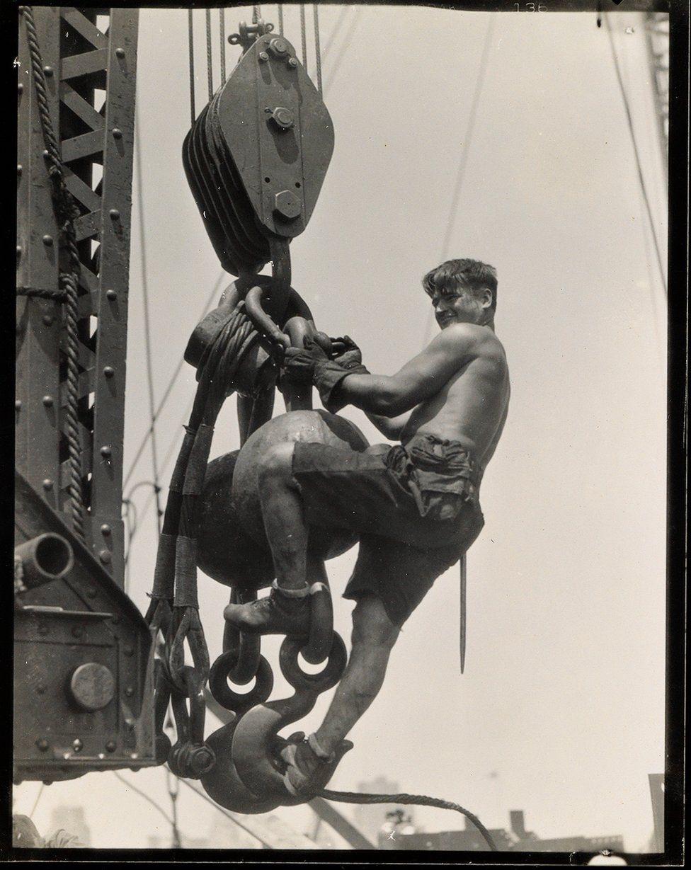 Un operaio sul connettore, Empire State Building, 1930-31. Credit: archivio di Lewis Hine / collezione di Isador Sy Seidman / cortesia della Swann Auctions Galleries